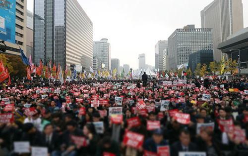 韓国で10万人が集まる大規模なデモ 朴槿恵大統領退任要求