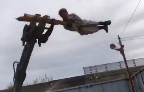 解体現場のDQNが重機と木材でハリポタのアトラクションを自作