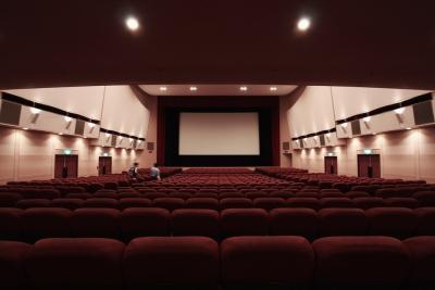 映画館みたいな迫力あるスピーカーに近い音を出すヘッドフォンってある?