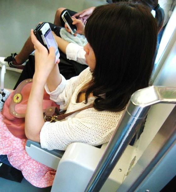 (乳性感帯チラも)列車内で女の乳が気になってしょうがない奴