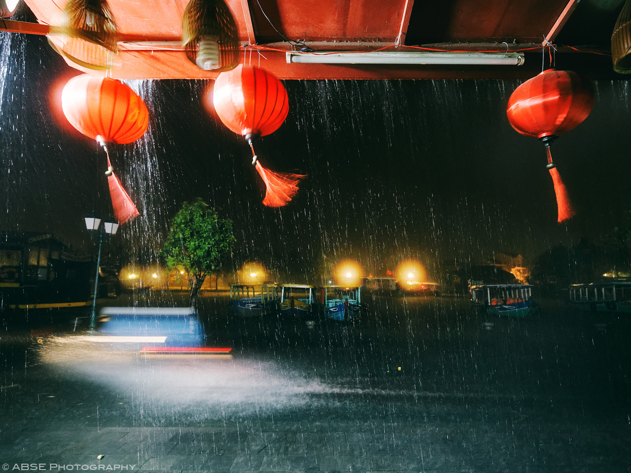 IMAGE: http://i2.wp.com/blog.absephotography.com/wp-content/uploads/2017/09/hoian-hoi-an-vietnam-water-flood-light-night-shot-long-exposure-scooter.jpg