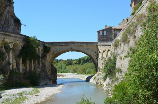 The 1st century CE Roman bridge at Vaison-la-Romaine © Carole Raddato