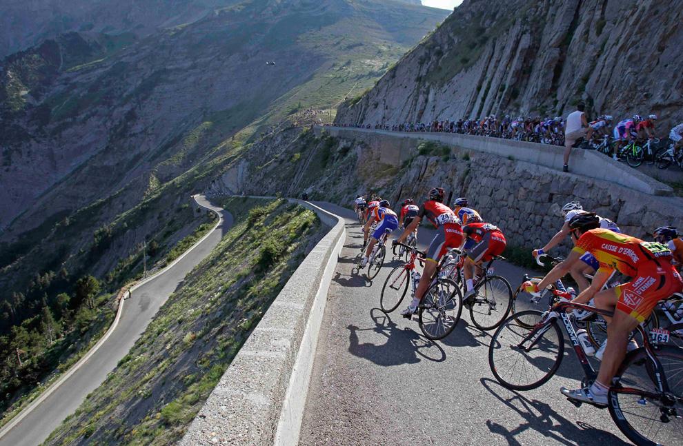The peloton headed down Noyer Pass