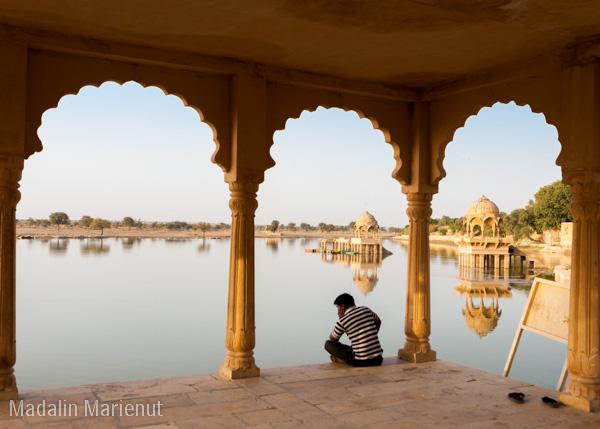 Dimineata devreme, locuitorii din Jaisalmer vin la lacul sfant Gadsisar pentru a spune o rugaciune sau pentru meditație. Oraș JAISALMER (GOLDEN CITY).