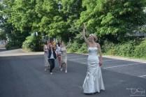 Den Brautstrauss werfen. der Hochzeits Fotograf hält den Moment fest!