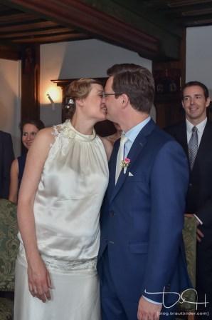 Der erste Kuss des Brautpaares! Euer Hochzeitsfotograf hält es auf Bildern fest! Schuerstabhaus in Nuernberg.