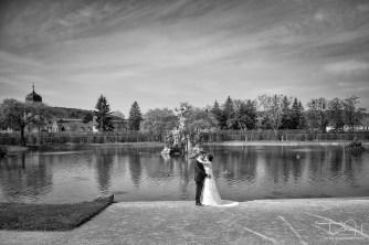 Wunderschoene Brautbilder im Rokokogarten in Veitshoechheim macht der Hochzeitsfotograf.