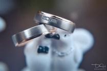 Der Hochzeitsfotograf fotografiert die Eheringe.