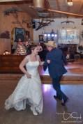 Euer Hochzeits Fotograf fotografiert das Brautpaar beim Hochzeitstanz.