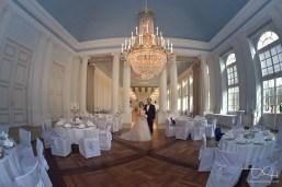 Tolles Bild mit dem Brautpaar in der Location fotografiert der Hochzeitsfotograf! Orangerie Nuernberg!