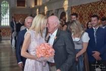 Der Hochzeitsfotograf fängt die Liebe ein! Braut und Braeutigam kurz vor dem Ja-Wort im Hirsvogelsaal.