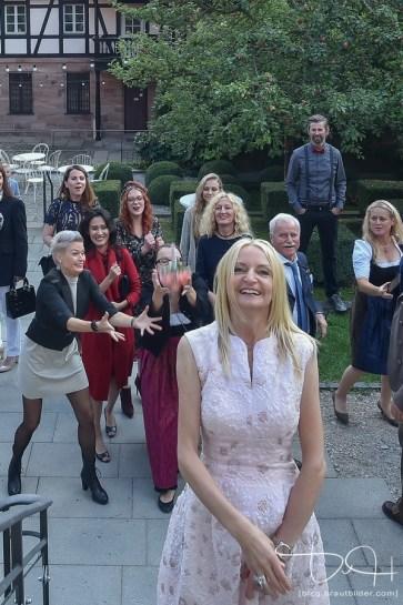 Den Brautstrauß werfen, fotografiert von dem Hochzeits Fotograf aus Nuernberg! Hirsvogelsaal!