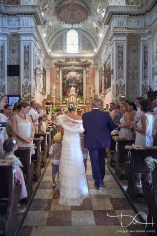 Braut und Braeutigam in der Chiesa San Vincenzo. Der Hochzeitsfotograf macht die Bilder der kirchlichen Trauung in Italien.