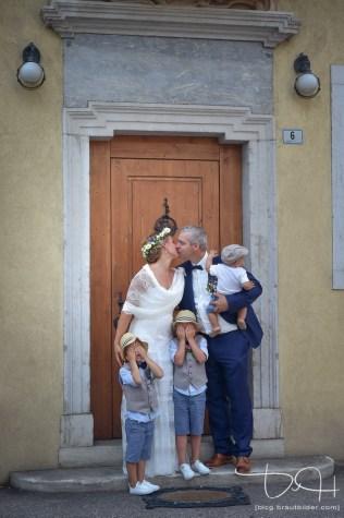 Aus Brautshooting macht der Hochzeitsfotograf auch mal ein Familienshooting. Euer Hochzeitsfotograf aus Nuernberg am Gardasee in Italien.