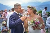 Ein verliebtes Prost des Brautpaares fotografiert von Eurem Hochzeitsfotografen.