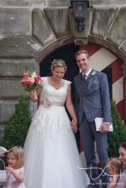 Hochzeitsfotograf aus Nuernberg fotografiert Brautpaar nach dem Ja-Wort. Trauung im Pfinzingschloss, Schloss Henfenfeld
