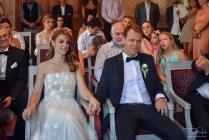Ziviltrauung im Zivilstandesamt in Basel. Der Hochzeitsfotograf haelt alles mit der Kamera fest.
