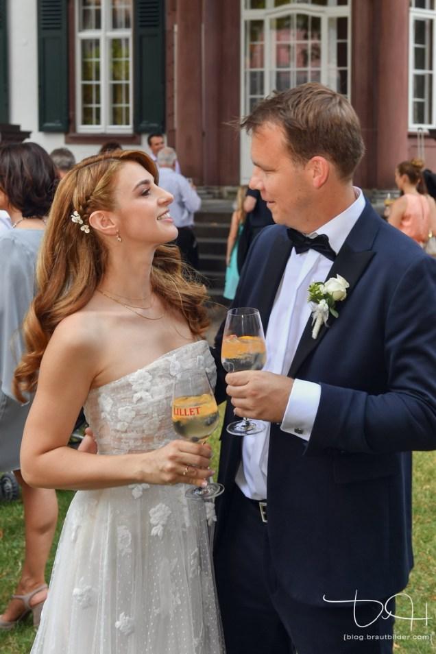 Verliebter Blick zwischen Braut und Braeutigam. Der Hochzeitsfotograf faengt jeden Moment ein.