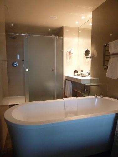 Bañera incluida en la habitación del Hotel Meliá Braga.