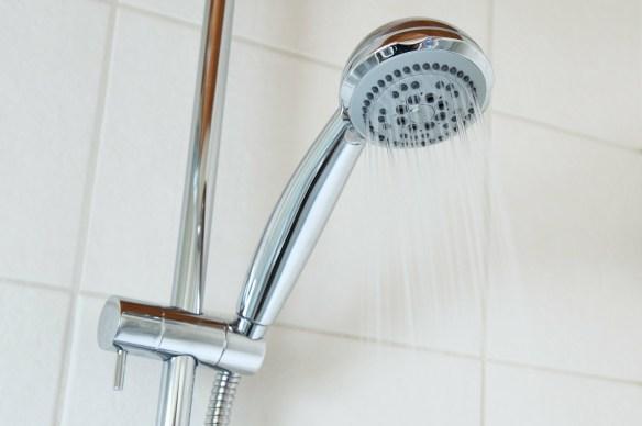 ducharse-con-agua-tibia-en-verano