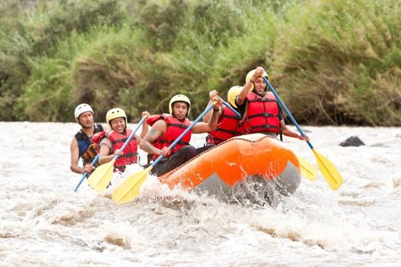 Personas practicando rafting en el Pallars