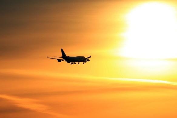 avión viaje puesta de sol