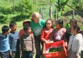 Anne Hallum de la Alianza Internacional de Reforestación se une a los niños guatemaltecos que participan en un proyecto de silvicultura. Fotografia: AIR Guatemala