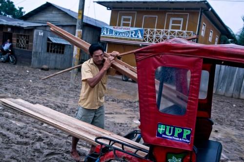 Llevando una carga de bolaina en Pucallpa, Perú. Ernesto Benavides/CIFOR