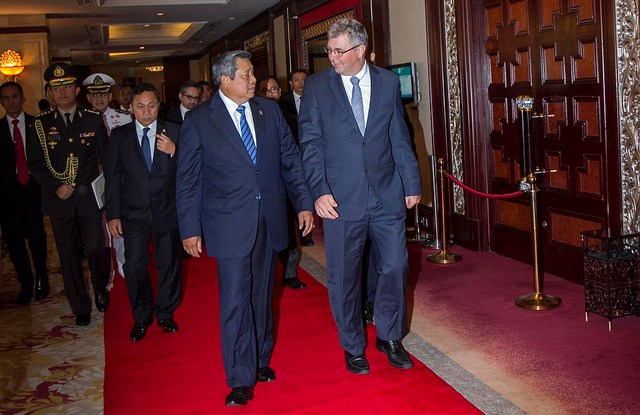 Indonesian President Susilo Bambang Yudhoyono and CIFOR Director General Peter Holmgren talk at the Shangri-La Hotel in Jakarta, 5 May 2014, on Day 1 of the Forests Asia Summit. CIFOR photo