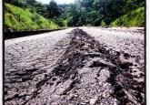 Amazonia peruana: uno de los caminos principales a Brasil dañado por un terremoto reciente. El camino hacia una reconciliación entre desarrollo y conservación es igualmente escabroso, advierte un destacado experto. Foto Marco Simola/CIFOR.