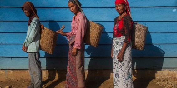 Penduduk desa Lubuk Beringin, Seproh (kiri), Hasroh dan Nurhayati, di kabupaten Bungo, provinsi Jambi, Indonesia.   Foto: Tri Saputro/CIFOR