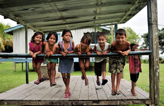 Niños de la comunidad de San Félix en la Amazonia brasileña. Las medidas para garantizar beneficios sociales a las personas del ámbito rural que se han visto afectadas por las iniciativas globales de carbono forestal siguen siendo un tema pendiente. Fotografía de Neil Palmer / CIFOR.