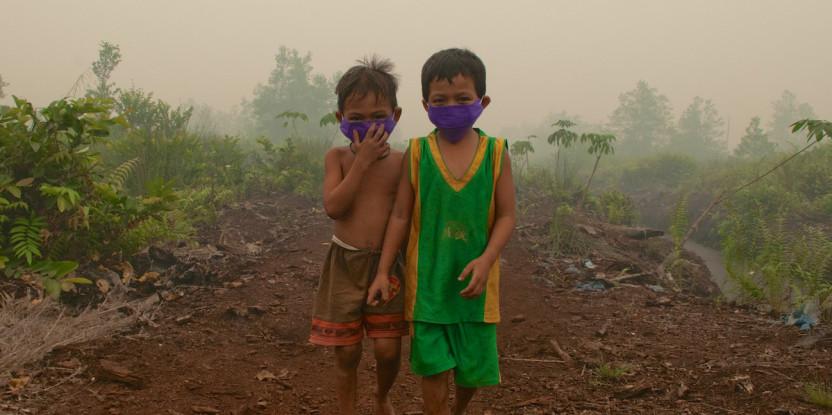 Des enfants à Palangka Raya, au centre de Kalimantan portent des masques lorsqu'ils jouent à l'extérieur. Aulia Erlangga/CIFOR