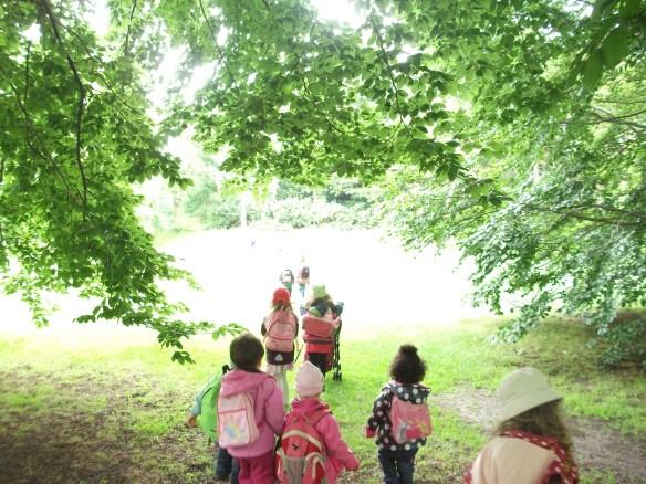Kinder laufen im Sommer