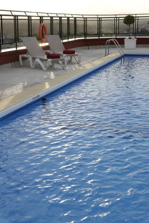 El Roof Garden del Hotel Emperador ofrece piscina, entre otros servicios