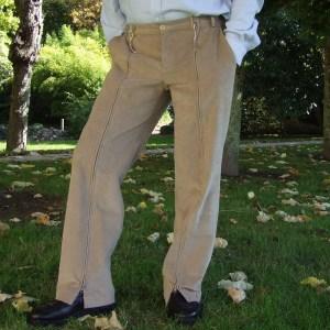 Les clowns portent des chaussures trop grandes... et des pantalons bien trop larges aussi!