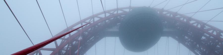Живописный мост в тумане