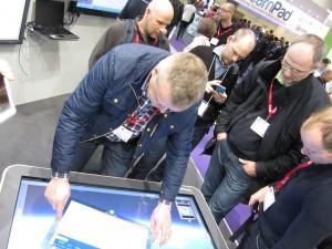Kolleger fra Nord-Gudbrandsdal VGS får demonstrert touchskjermer