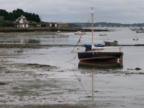 Un bateau à marée basse à Saint Cado