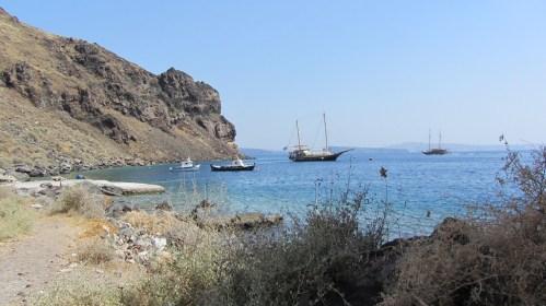 Vue de l'île de Thirassía en face de Santorin (faisant partie de l'archipel) (De Ouessant à Santorin (Été 2012) – Partie 1 L'Île d'Ouessant)