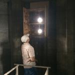 Hermann bei der Kontrolle des Dohlen/Turmfalkenkasten