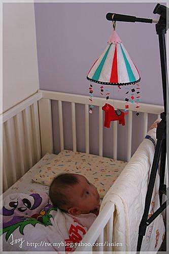 剛做好,zou就用相機腳架放在虎妹的床邊,想看看她的反應,果然有吸引她的注意。那時虎妹才六個月,如果是現在就會站起來把木馬抓爛了吧。