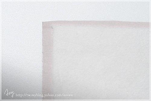 1.找一塊摸起來舒服的純棉布,剪成自己想要的大小兩塊再燙上單膠厚鋪棉,鋪棉要比純棉布內縮1cm,這樣縫合時才不會太厚。
