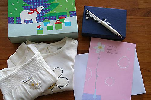 促成我今天一定要po這篇文的,就是這份禮物,zane特地從美國送來新年禮物,兩件給虎妹的衣服還有一隻漂亮的筆跟卡片,我只能說,zane真的太有誠意了,讓我覺得很不好意思,真的非常的謝謝你。