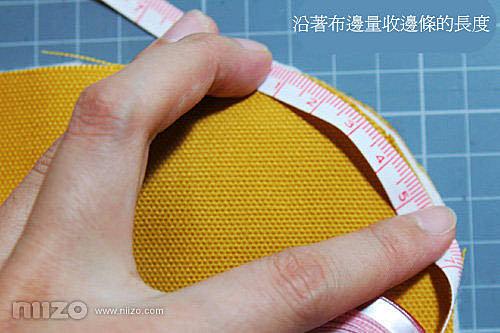 4.量收邊條的長度。使用布尺沿著布的邊緣仔細的量出所需的收邊條要多長,至少要量兩次比較保險。