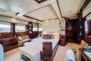 rental-Motor-boat-ISA-120feet-Miami-FL_TyDUcvV