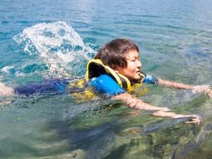 Boy-swimming-in-lake