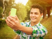 Teen-taking-selfie
