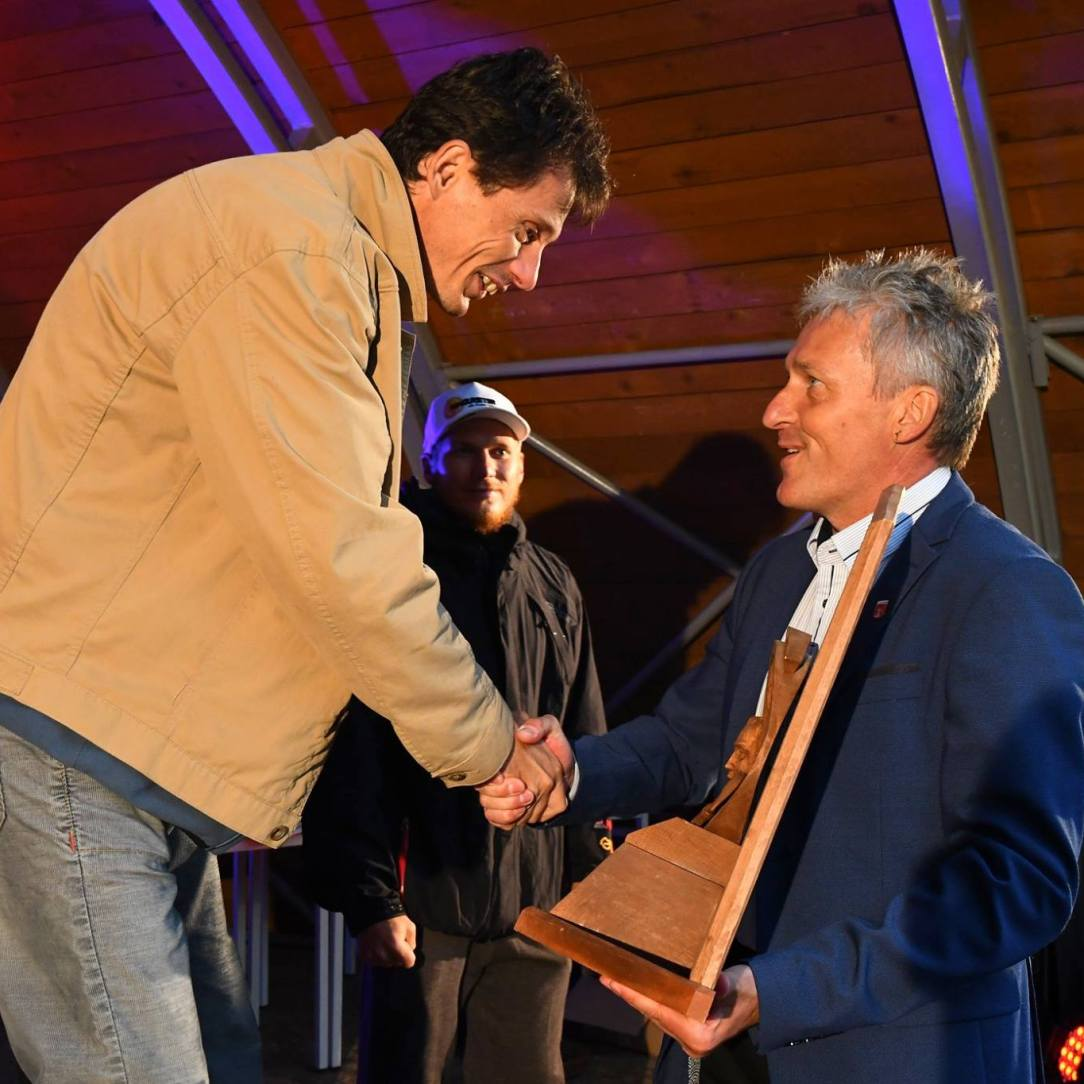 Peter Hritz odovzdáva cenu celkovému víťazovi XVII. ročníka Memoriálu Jána Stilla Robovi Štefkovi (autor: Peter Stas)