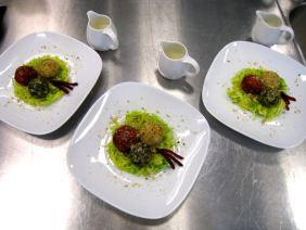 Knödeltris mit Rahmsauce auf Wirsing-Lauch Gemüse
